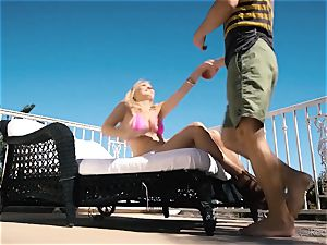 Natalia Starr luvs muff penetrating in the steamy sunshine