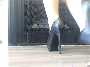 Capri showcases off her fantastic feet & attempts on some stilettos